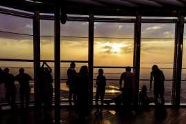 在哈利法塔(Burj Khalifa) 顶层探索神奇的日出景观