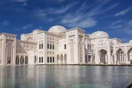 阿联酋国家宫俯瞰波光粼粼的阿拉伯海
