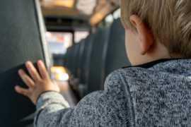 В Аджмане умер ребенок, оставленный на жаре в закрытом автобусе